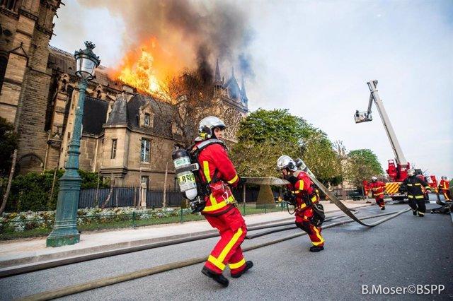 Francia.- Dos policías y un bombero heridos leves en las labores de extinción del incendio de Notre Dame