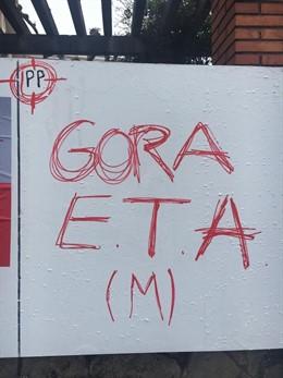 Aparecen pintadas contra el PP, que aparece en una diana, y a favor de ETA, en Erandio (Vizcaya)