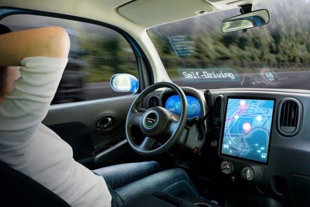 Conductor a bordo de un coche autónomo