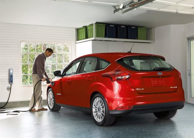 Vehículo eléctrico de Ford cargando
