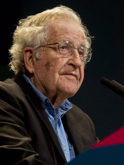 """Noam Chomsky, premiado por sus """"contribuciones sin parangón"""" al estudio del lenguaje humano"""