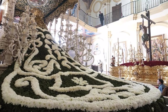 Málaga.-S.Santa.-Manto de flores de la Virgen de las Penas rememora el lucido en 1944 para conmemorar el 75 aniversario