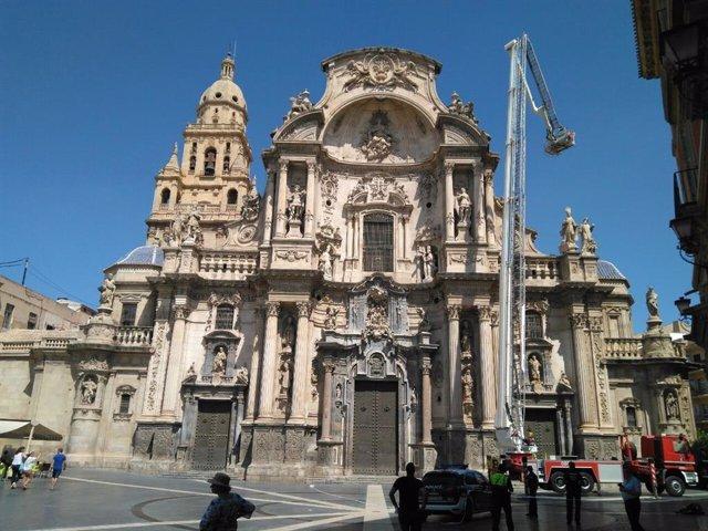 Los Bomberos intervienen en la fachada de la Catedral