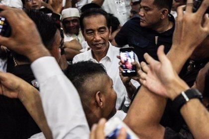 Abren los colegios electorales en Indonesia con el presidente Joko Widodo como favorito
