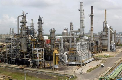 La petrolera estatal de Colombia activa un plan de contingencia ante los ataques contra uno de sus oleoductos