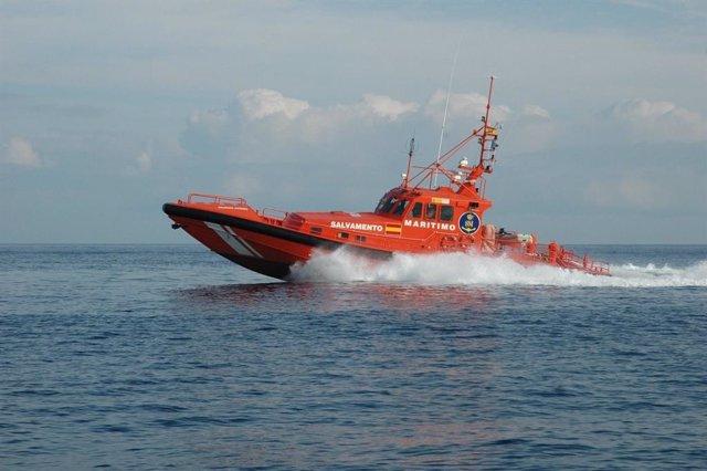 Rescatados 38 migrantes de una patera que navegaba en aguas cercanas de Motril