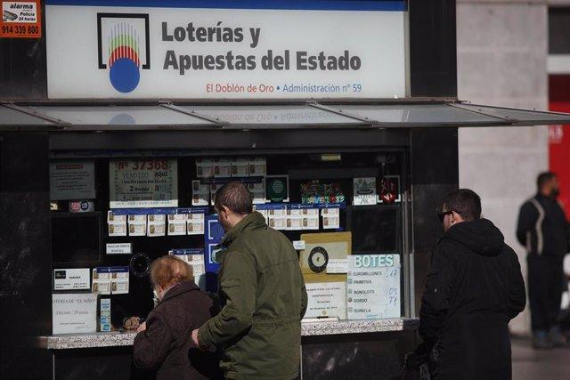 Fotos de recurso de gente comprando décimos de la lotería del Niño