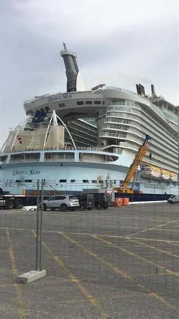Cádiz.- El crucero 'Oasis of the Seas' llega al muelle ciudad de Cádiz para ser reparado en Navantia