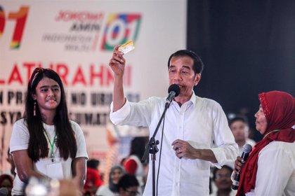 Los sondeos a pie de urna sitúan al presidente Joko Widodo como ganador de las presidenciales