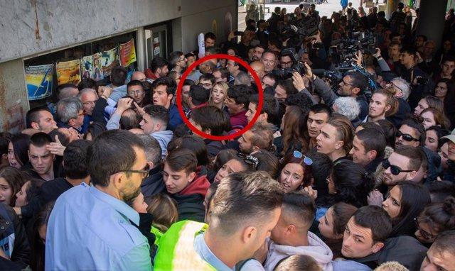 Protestis i tensió per la presncia d'Álvarez de Toledo en un acte a la UAB