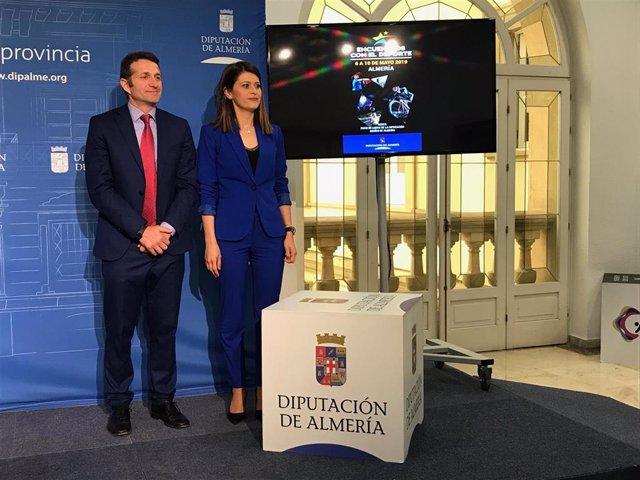 La diputada de Deportes, Ángeles Martínez, y el neurocirujano Antonio Huete.