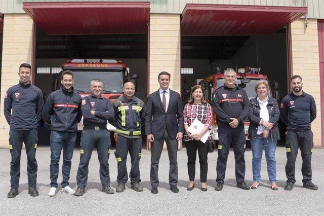 El presidente de Diputación con la plantilla del parque de bomberos de Albox.