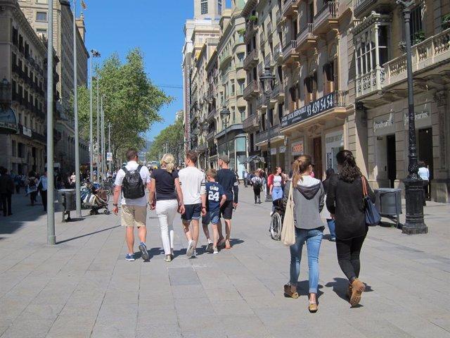 Gent, persona, persones, passejant, passeig, família, famílies, compres