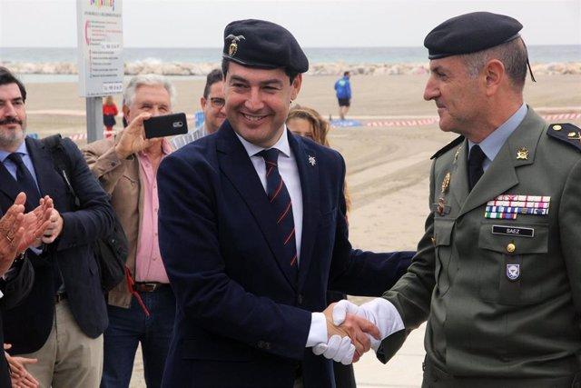 Málaga.- S. Santa.- Juanma Moreno recibe el título de Caballero Almogávar Paracaidista de Honor