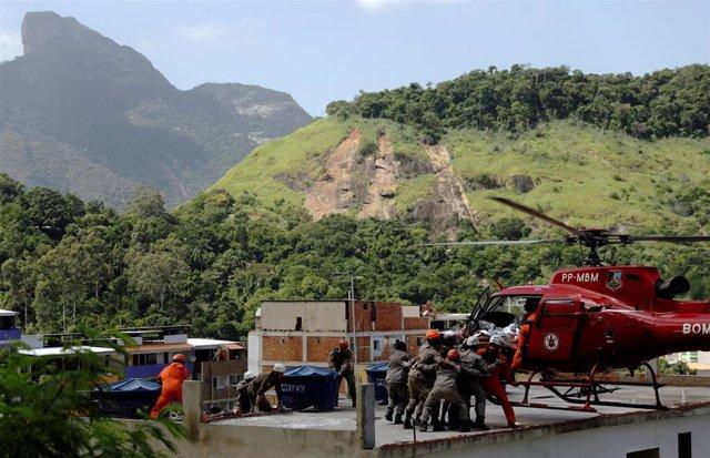 Ya son 16 los muertos por el derrumbe de dos edificios en una favela de Río de Janeiro
