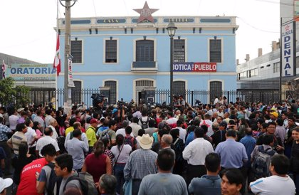 Los peruanos velan los restos del expresidente Alan García en la Casa del Pueblo, sede de su partido