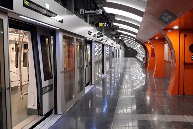 Tren en l'estació de Foneria de la L10 Sud