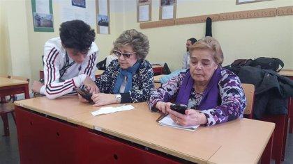 Profesores adolescentes que enseñan Whatsapp a alumnos como sus abuelos: así es el proyecto que 'Conecta' generaciones