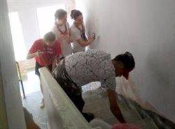 Una quarantena de joves escoltes pinten quatre pisos del barri de la Mariola de Lleida (ACN)