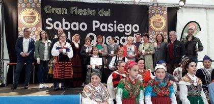 Vega de Pas rinde homenaje a sus productos típicos, el sobao y la quesada