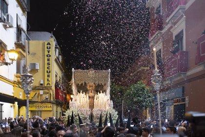 El tiempo da tregua a una Madrugá en Sevilla sin incidentes destacables y con las seis hermandades en la calle