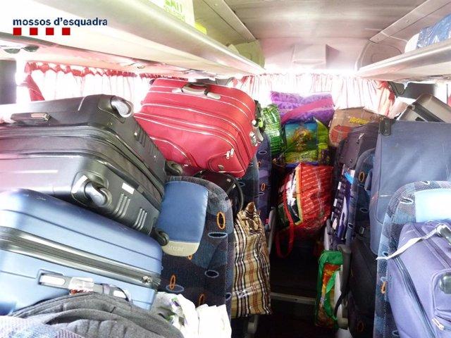 Successos.- Immobilitzat per excés de pes un autocar amb remolc a Aiguaviva (Girona)