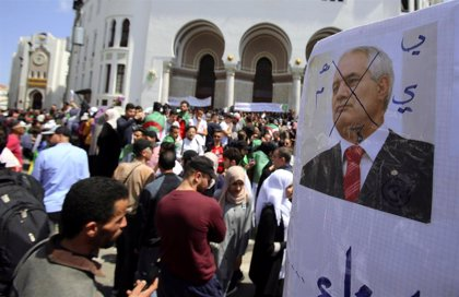 Decenas de miles de argelinos vuelven a tomar las calles de Argel para reclamar un cambio de régimen
