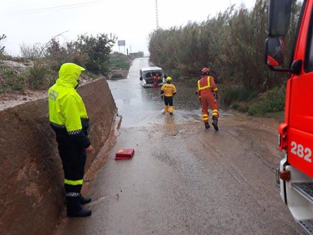 Valencia.- Sucesos.- Los bomberos rescatan a un hombre atrapado con su vehículo en el barranco del Gallego por la lluvia