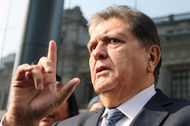 Perú.- El expresidente peruano Alan García, ingresado crítico en un hospital por un disparo cuando iba a ser detenido