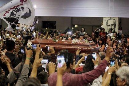 Cientos de personas acuden al cementerio para despedirse de Alan García