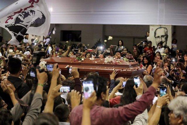 Perú.- Miles de peruanos acuden a la Casa del Pueblo para velar los restos de Alan García