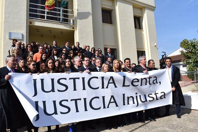 Huelva.- Abogados y procuradores se concentran en juzgados de Ayamonte bajo el l