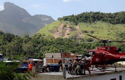 Hallan los restos de dos niños bajo los escombros de los edificios derrumbados en una favela de Río de Janeiro