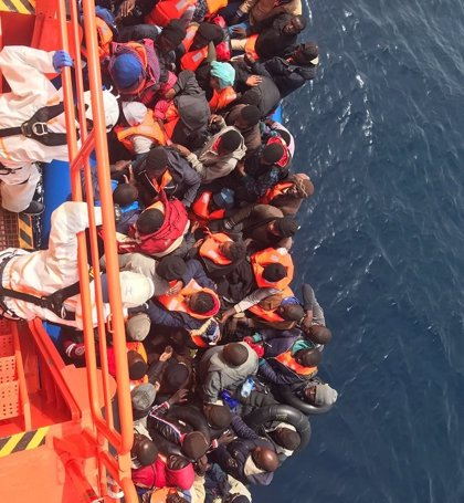 Trasladan a Algeciras (Cádiz) a 61 personas rescatadas de una patera de madera