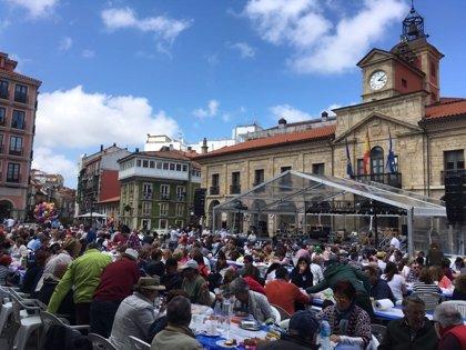 15.000 comensales cuentan con asiento en la mesa de más de 5 kilómetros de la XXVII Comida en la Calle de Avilés