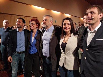 """Arrimadas promete a los catalanes no independentistas que con Rivera en la Moncloa ya no estarán """"desamparados"""""""