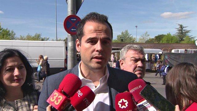 El candidato de Ciudadanos a la Presidencia de la Comunidad de Madrid, Ignacio Aguado, visita el mercadillo de Majadahonda en Madrid