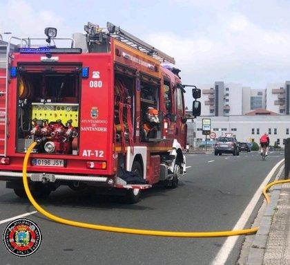 18 trenes afectados por un incendio en una nave de Feve en Santander