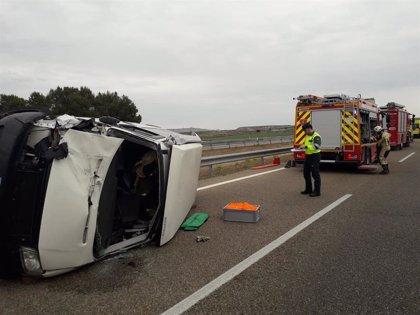 Un herido al volcar una furgoneta en la AP-2, en el municipio de La Almolda