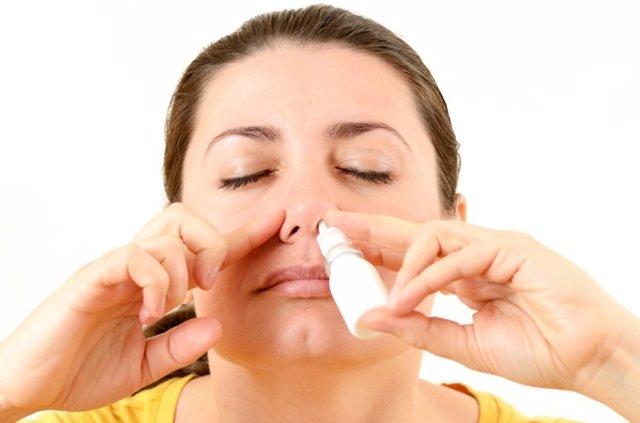 Mujer, nariz taponada, descongestionante, spray nasal