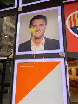 28A.- Tiren Pintura Groga A la Seu De Cs A Barcelona