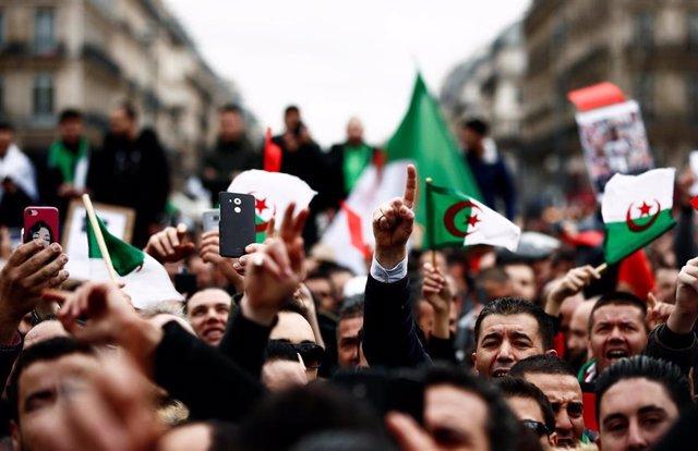 """Argelia.- El partido gubernamental de Argelia expresa su """"apoyo pleno"""" a las manifestaciones contra Buteflika"""