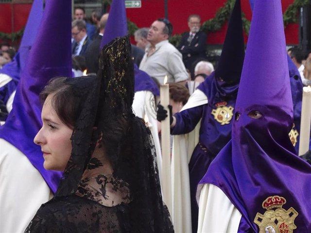 Mujer De Mantilla Y Nazareno