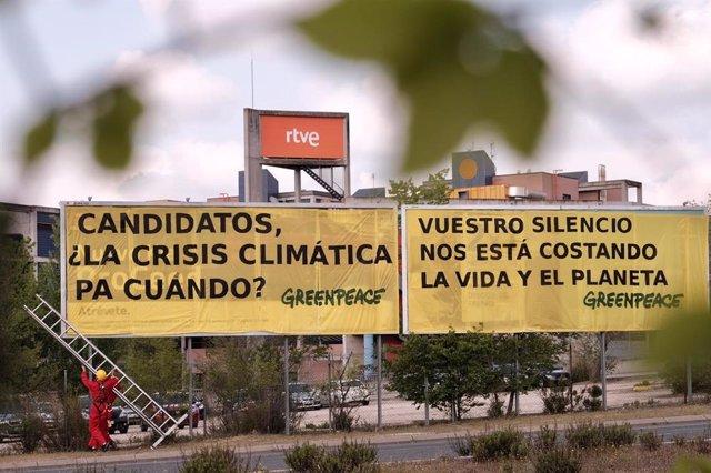 Greenpeace cuelga una pancarta en RTVE para pedir a los partidos que pongan atención a la crisis climática en el debate