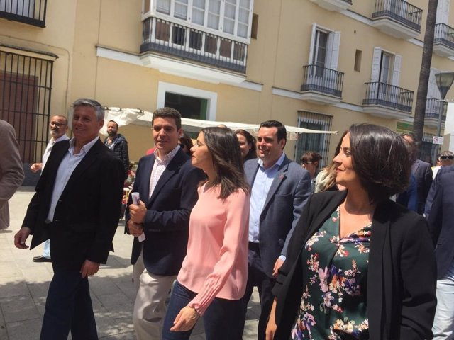 """Sevilla.-28A.-Arrimadas critica que Torra se """"indigne"""" por la quema de un muñeco de Puigdemont cuando """"anima a los CDR"""""""