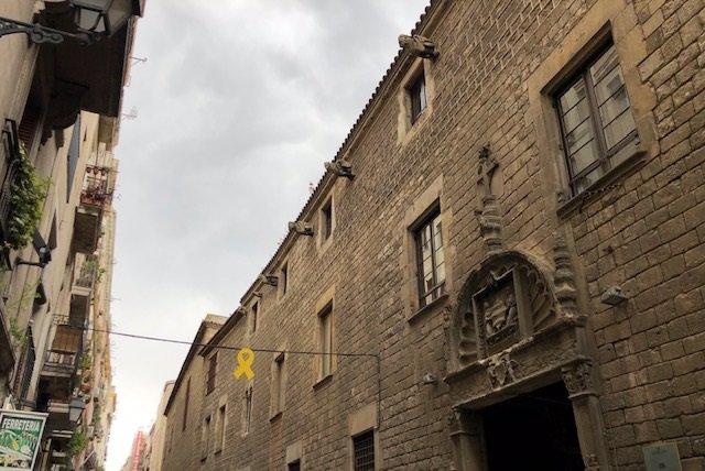 Bou (PP) demana a Colau retirar llaos grocs dels carrers de Ciutat Vella a Barcelona