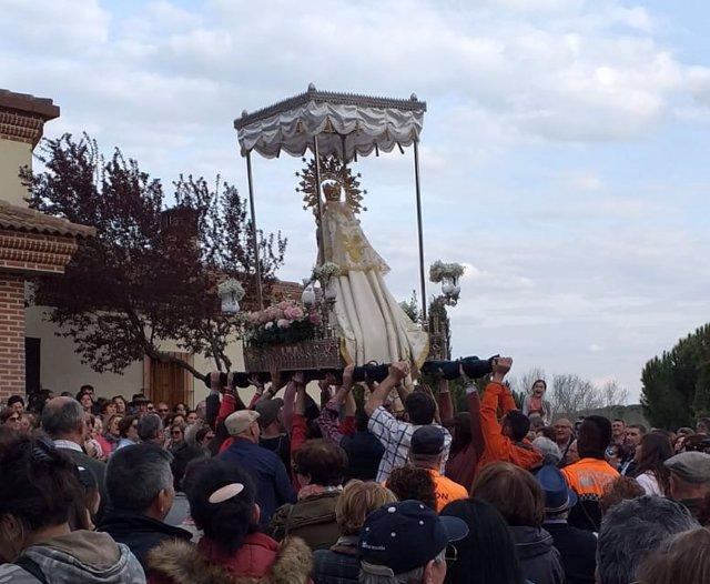 Miles de romeros se congregan el Lunes de Pascua para acompañar a la Virgen de Sacedón en Pedrajas (Valladolid)