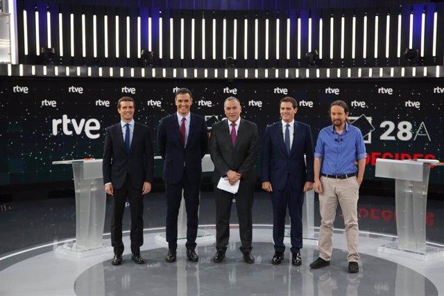 """Debate.- Rivera afea a Casado que PP subió impuestos y acusa a PSOE y Podemos de """"saquear"""" el bolsillo del ciudadano"""