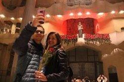 El Sant Jordi de la Sagrada Família regala les primeres roses la vetlla de la Diada (ACN)