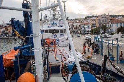 El 'Aita Mari' reparte material humanitario entre 12.000 refugiados de Quíos y Lesbos, a la espera poder viajar a Libia